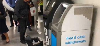 Un guichet automatique bancaire bitcoins crache des liasses de billets dans une gare