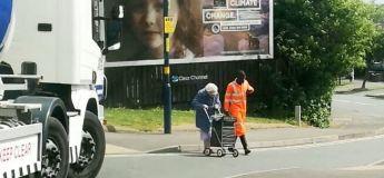 Vidéo réconfortante : un chauffeur de camion aide une vieille femme à traverser la route