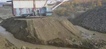 Ces ouvriers ont dû trouver une solution comment déplacer cette immense machine de construction avant l'effondrement de la dune