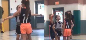 L'adorable manière comment cette petite fille se comporte, dit tout sur combien elle s'amuse sur ce terrain de basket