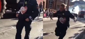 Ce policier allemand est probablement plus enthousiaste pour l'événement que le public présent