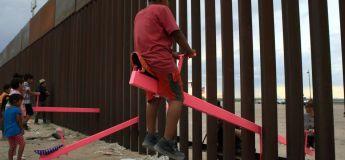 Des balançoires sont installées à la frontière entre les États-Unis et le Mexique permettant aux enfants de jouer ensemble