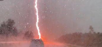 La foudre peut frapper à tout moment quand on roule par un temps d'orage violent (Vidéo)