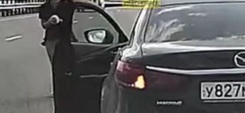 Cette femme a risqué sa sécurité pour sauver la vie d'un chaton coincé au milieu d'une autoroute