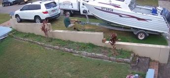 Il accroche un porte-bateau à l'arrière de sa voiture mais la remorque est trop lourde et glisse