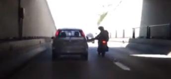 Quand le karma rattrape un motard qui a voulu jouer au plus malin (Vidéo)