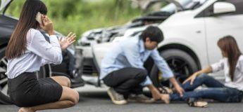 Vidéo : Des passants soulèvent un minibus pour sauver une femme coincée sous les roues