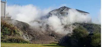 Un énorme geyser jaillissant de boue apparaît dans un jardin et force la famille à fuir la maison