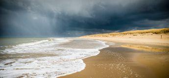 Les visiteurs fuient la plage alors qu'une grave tempête fait voler des débris