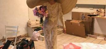 Une mariée a été ridiculisée lors de son mariage en portant un grand chapeau de paille, ses invités ne pouvaient pas voir son visage