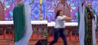 Une femme attaque un prêtre et le pousse violemment de la scène