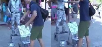 Un touriste rejoint un artiste de rue pour donner un magnifique spectacle de danse robotique