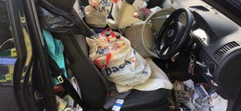 Le conducteur a tellement d'ordures dans sa voiture qu'il ne pouvait pas serrer le frein à main