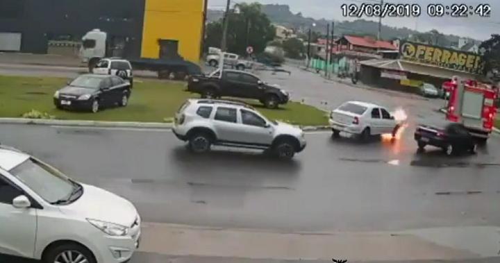 Cette voiture a pris feu au moment même où les pompiers sont passés par là par hasard