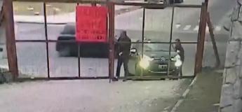 Cet homme se fait voler sa voiture sous son nez (Vidéo)