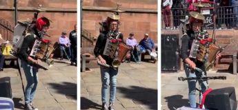 Cet homme joue de plusieurs instruments à la fois