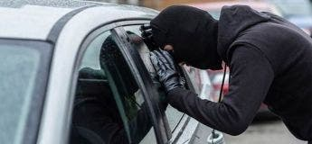 Un homme se fait voler sa voiture alors qu'il est en train de cambrioler un magasin de l'autre côté de la rue