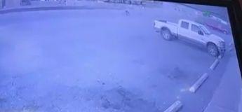 Alors qu'un homme était occupé à cambrioler un magasin, sa voiture a été volée