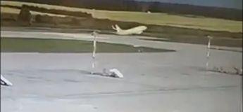 Un avion survole une piste et frappe des unités d'éclairage