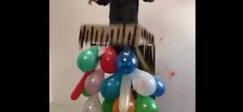 Un homme qui déteste les ballons gonflables s'amuse à les éclater