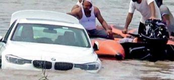 Un jeune Indien jette sa BMW toute neuve dans la rivière