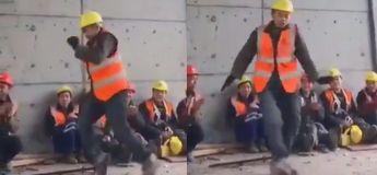 Cet ouvrier de construction impressionne ses collègues avec ses magnifiques pas de danse