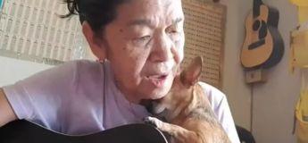 Cette vidéo d'une vieille femme chantant pour son chien va vous faire réchauffer le cœur
