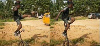 L'incroyable cascade de ce garçon en se balançant sur un monocycle impressionne les spectateurs