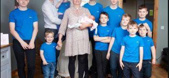 Une mère de 10 garçons accueille enfin une petite fille (l'équipe de football n'est pas complète)