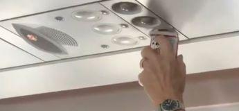Un passager d'un vol a fait sécher ses cartes une par une avec l'air conditionné  de l'avion