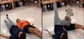 Pendant un cours de classe, il font de la lutte avec… leurs jambes !