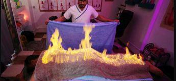 Jouer avec le feu : un masseur utilise une technique ancienne pour soulager la douleur musculaire