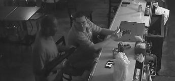 En plein braquage au fusil à pompe, cet homme continue calmement de fumer et de consulter son téléphone  !