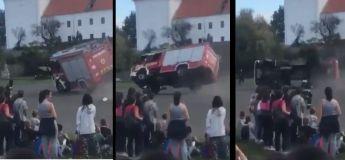 Le camion de pompiers arrive trop vite pour éteindre le feu et c'est le drame lors d'une démonstration scolaire