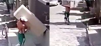 Il déplace un grand réfrigérateur en utilisant seulement son vélo
