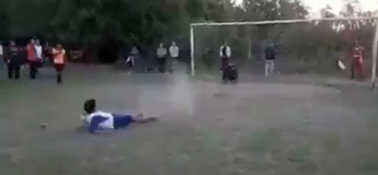 Un penalty raté qui finit en un but et qui amuse beaucoup l'entourage !
