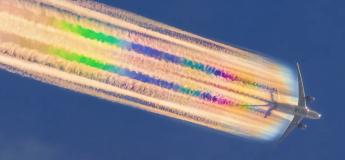 Un avion du Qatar laisse une traînée arc-en-ciel offrant un spectacle étonnant dans le ciel Australien