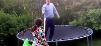 Cet homme trop fier croit encore faire du trampoline comme un jeune !
