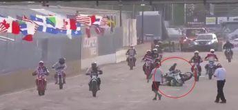 Quand on fait un accident avec sa moto alors qu'on a même pas commencé la course, avec le meilleur des commentateurs !