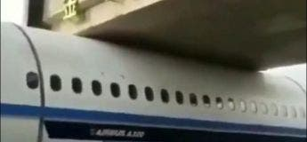 Quand Régis transporte un avion, il se retrouve coincé sous… un pont !