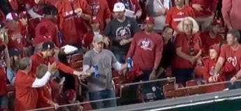 Un homme réussi à ne pas renverser ses bières après avoir pris une balle de baseball dans la poitrine