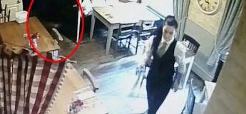 Le fantôme d'une petite fille filmée rôdant autour d'une serveuse dans un pub
