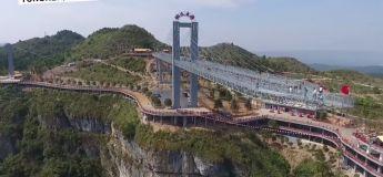 Le plus haut pont aérien pour piéton en verre se trouve en Chine