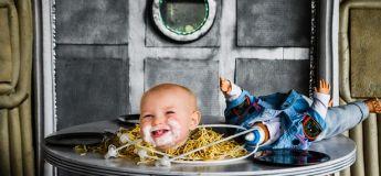 Les parents organisent une séance photo sur le thème Alien pour le premier anniversaire de son fils