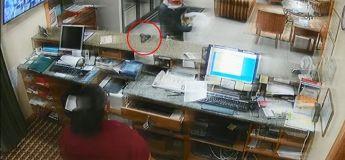 Le voleur pose son arme sur le comptoir et l'employé l'attrape et lui fait peur