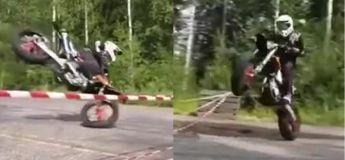 La façon dont ce motard a dépassé la barrière va vous impressionner