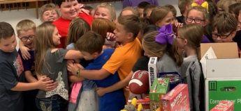 Vidéo émouvante : ses camarades lui ont fait des cadeaux surprises