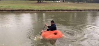 Un agriculteur transforme une citrouille en kayak