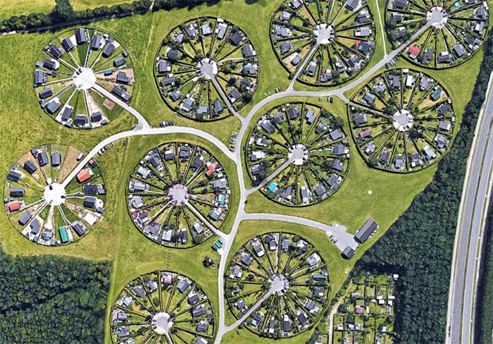 Danemark : Une communauté vit au milieu de jardins circulaires
