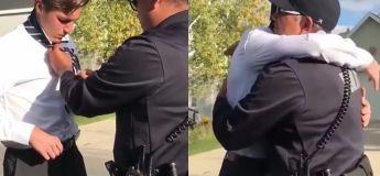 Quoi de plus beau que voir un policier aidant un jeune homme avec sa cravate